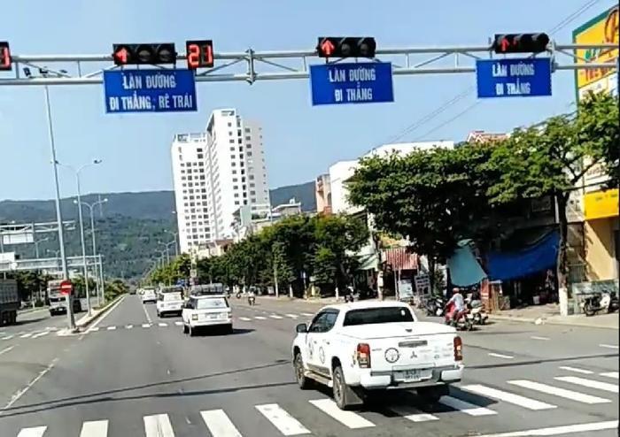 Đoàn ôtô siêu sang của Trung Nguyên nối đuôi nhau vượt đèn đỏ ở Đà Nẵng.