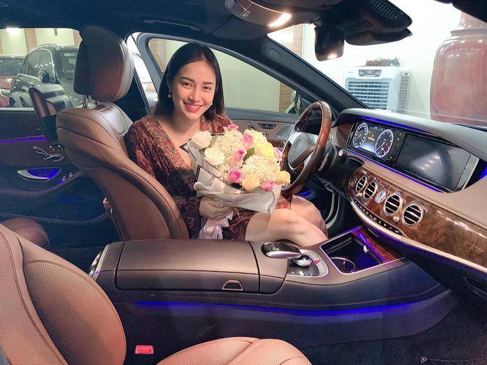 Bà mẹ trẻ xinh đẹp với nụ cười rạng rỡ bên món quà là chiếc xe đắt tiền từ chồng. Ảnh: Vũ Thị Trang