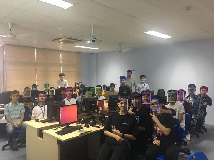 Sinh viên đại học Thăng Long tham gia dự án thử nghiệm hệ thống điểm danh thông minh - Ảnh: TLU Confession.