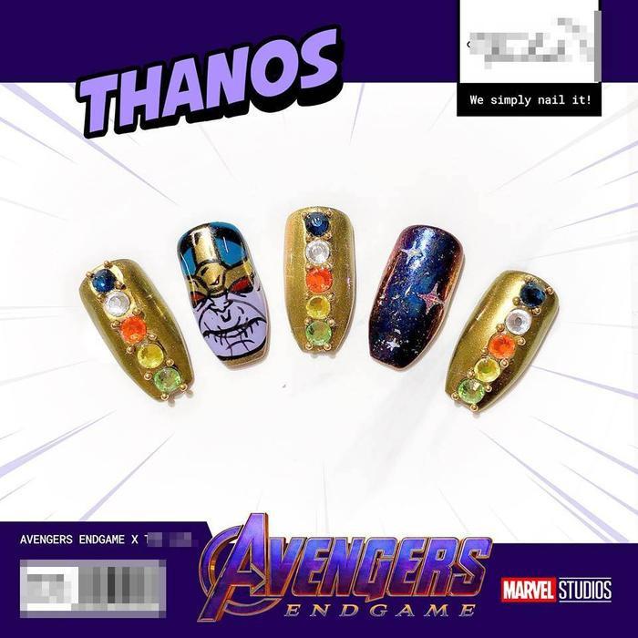Họa tiết lấy ý tưởng từ Thanos lấy tông vàng làm chủ đạo, đính hột lấp lánh tăng sự nữ tính nhưng vẫn chất lừ.
