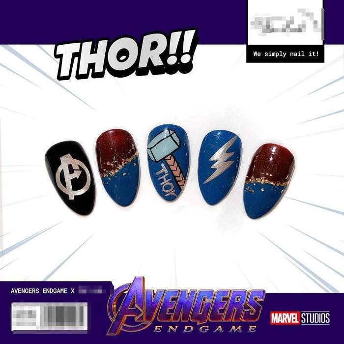 Họa tiết lấy ý tưởng từ nhân vật Thor với màu xanh dương chủ đạo và không quên kèm cây búa - vũ khí làm nên thương hiệu của thần Thor.