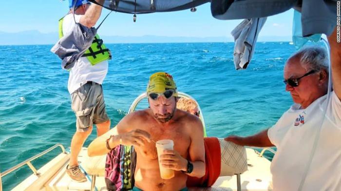 Hoobs bơi trung bình 11 km một ngày trong 54 ngày liên tiếp.