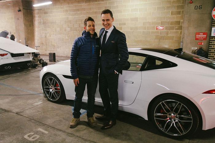"""2. Tom Hiddleston (Loki):Khác với """"người anh Thần Sấm"""" của mình, Tom Hiddlesto lại yêu thích thương hiệu xe sang Jaguar của quê nhà Anh Quốc. Không những làm đại diện cho hãng xe sang này, Tom Hiddleston cũng sắm cho mình một chiếc Jaguar F-Typeđắt tiền."""