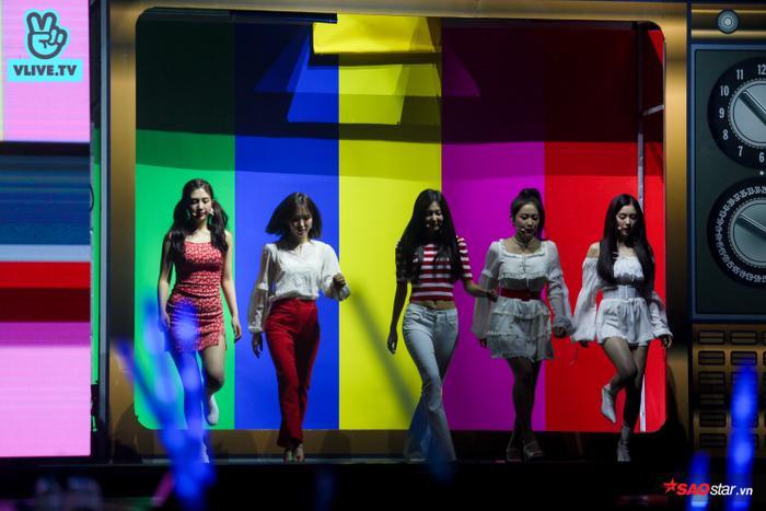 Màn xuất hiện đầy ấn tượng của Red Velvet khiến khán giả vỡ òa.