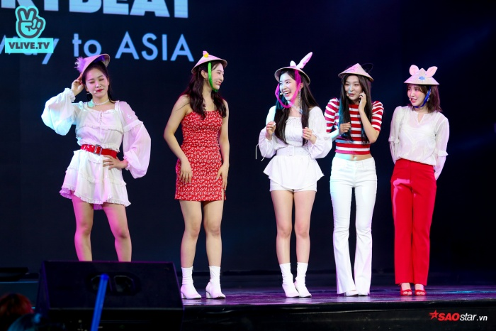 Loạt ảnh các cô gái xinh đẹp nhà SM đội nón lá chắc chắn sẽ gây thương nhớ cho nhiều fan Việt đêm nay.