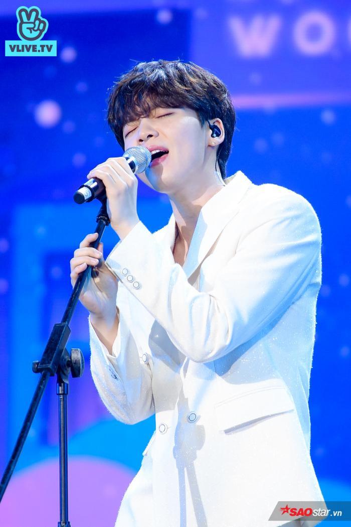 Anh chàng biểu diễn hai ca khúc là Just U và Feeling.