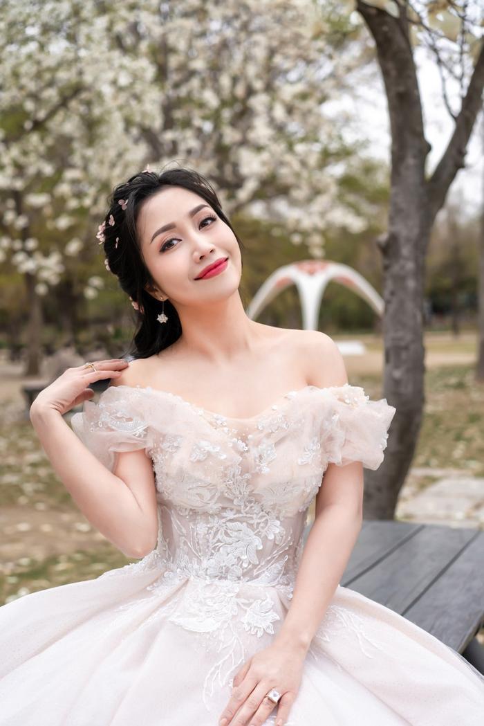 Trong bộ ảnh có thể dễ dàng nhận thấy, dù đã là bà mẹ ba con nhưng Ốc Thanh Vân vẫn giữ được nét thanh xuân rạng ngời.