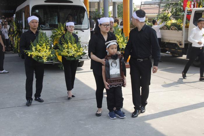 Con trai ôm di ảnh của mẹ tiến ra xe tang.