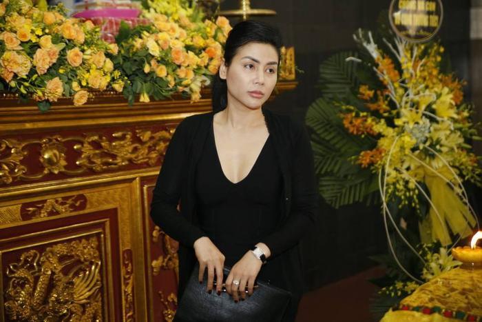 Diễn viên Quỳnh Hoa có mặt tại nhà tang lễ rất sớm để có thể kịp giờ viếng đồng nghiệp cũ.