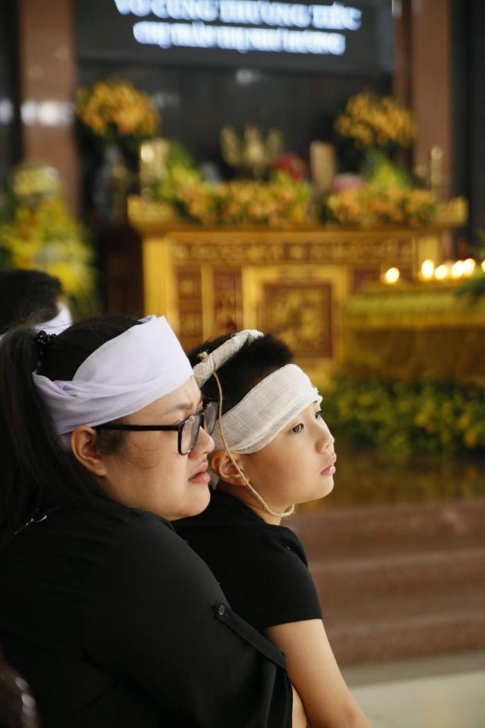 Con trai Như Hương thẫn thờ trong tang lễ của mẹ.
