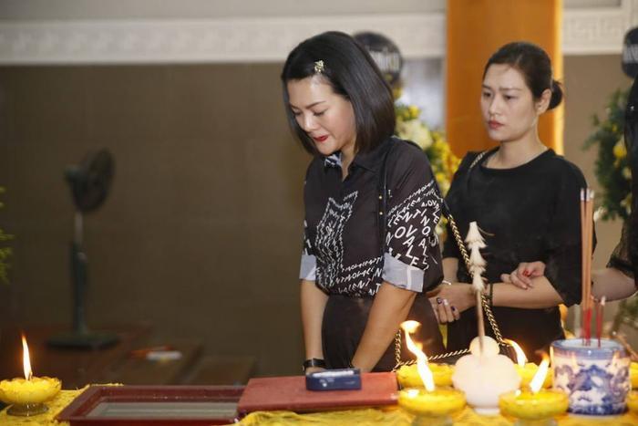 Người mẫu Hoàng Xuân nghẹn ngào trong lễ viếng.