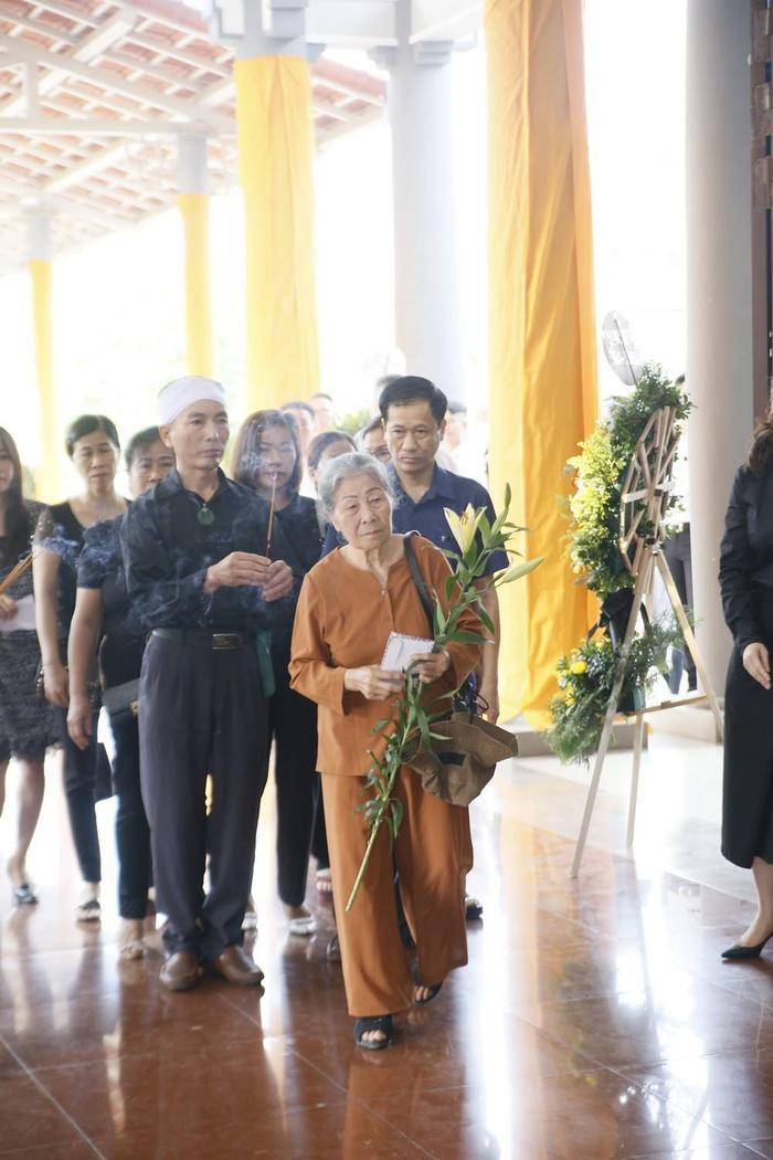 Đông đảo đồng nghiệp, bạn bè và người thân của Như Hương đến lễ viếng từ rất sớm.