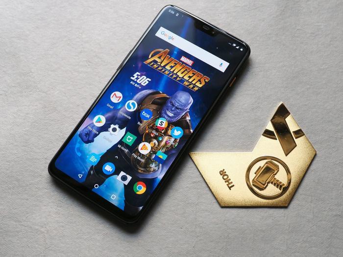 Trung tuần tháng 8 năm ngoái, thương hiệu OnePlus cũng bất ngờ giới thiệu chiếc OnePlus 6 phiên bản đặc biệt Avengers Infinity War. Chiếc máy này thực tế không có nhiều điểm khác biệt về ngoại hình so với phiên bản tiêu chuẩn ngoại trừ một logo hình chữ A khá nổi bật ở mặt lưng. Tuy nhiên, bên trong hộp máy, bạn sẽ được tặng thêm một ốp lưng người sắt và một huy hiệu đặc biệt với logo của OnePlus và Avengers ở mặt sau và logo Thor ở mặt trước.