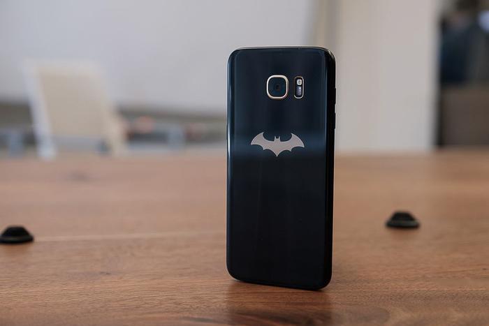 Đối với Samsung Galaxy S7 Edge, ông lớn công nghệ Hàn Quốc lại giới thiệu chiếc Samsung Galaxy S4 Edge phiên bản Injustice. Chiếc máy này có thiết kế thân máy với tông màu đen - vàng bí ẩn và không kém phần sang trọng. Ở mặt lưng, người dùng cũng có một logo Batman màu vàng. Khi mua chiếc điện thoại này, bạn sẽ tặng tặng kèm ốp lưng phong cách Batman và một logo Batman màu vàng.