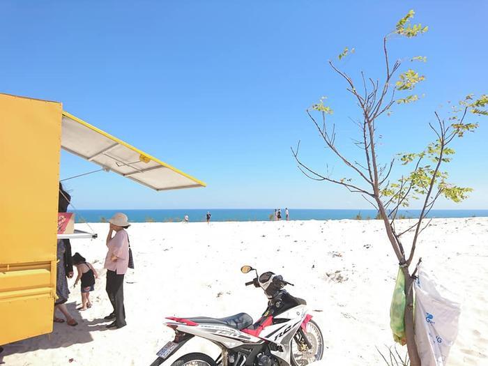 Bãi cát trắng mịn đặc trưng của khu Bàu Trắng(Ảnh: Bautrang's Journey)