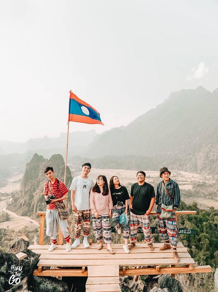 Minh Hiếu và nhóm bạn check in tại Lào