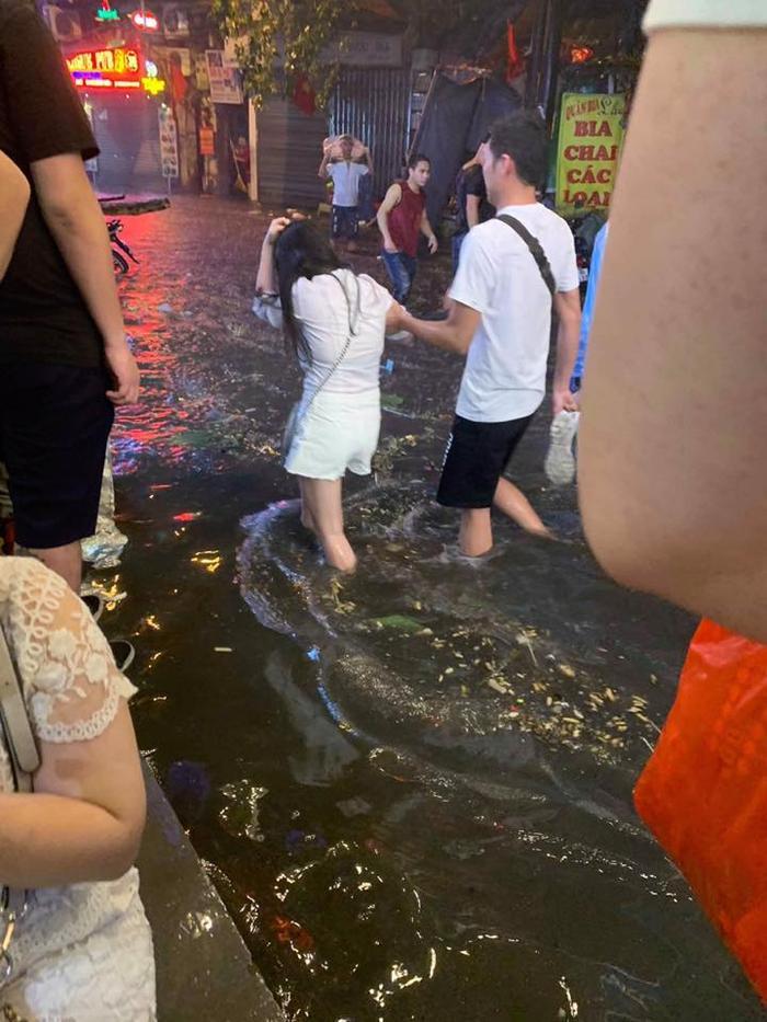 Đường phố ngập nước, nhưng người dân Hà Nội vẫn bì bõm lội đi chơi.