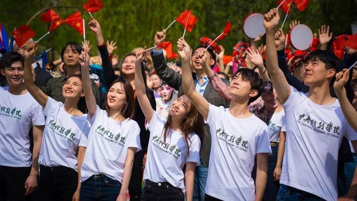 Dịch Dương Thiên Tỉ cùngLưu Hạo Nhiên, Trương Tuyết Nghênh, Lý Lan Địch, Hồ Tiên Hú và Triệu Gia Mẫn tham gia hoạt động ca hát kỷ niệm tại Học viện Sân khấu Trung ương.