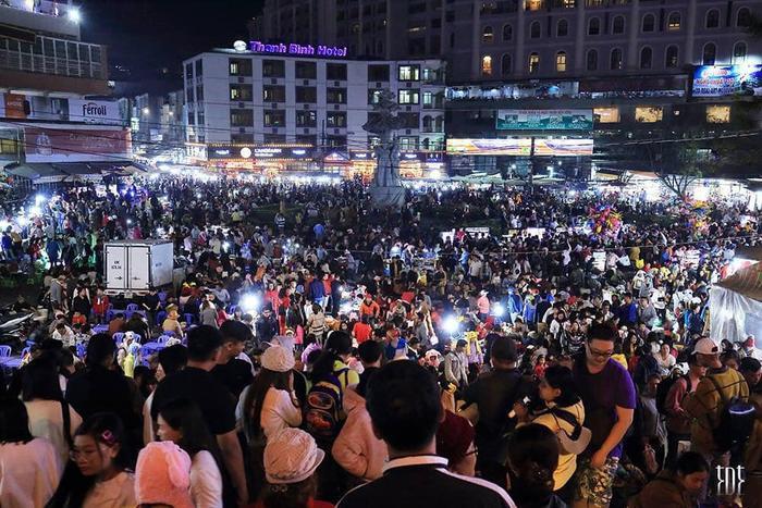 Khung cảnh người người chen chân ở chợ đêm.