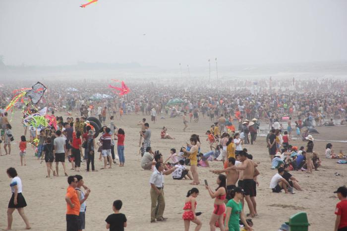 Càng về chiều, càng đông người dân và du khách đến tắm giải nhiệt.