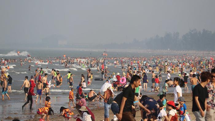 Khung cảnh đông kín người tại bãi biển Cửa Lò. Ảnh: VietNamNet