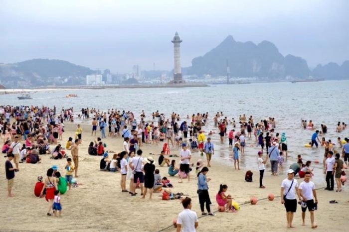 Bãi tắm Bãi Cháy (Quảng Ninh) hút lượng lớn khách du lịch trong kỳ nghỉ lễ. Ảnh: Nhân dân