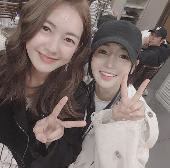 """""""Búp bê"""" Nam Gyuri selfie cùng diễn viên Lee Yo Won. Cả hai hợp tác trong dự án phim sắp tới đài MBC - """"Different Dreams""""."""