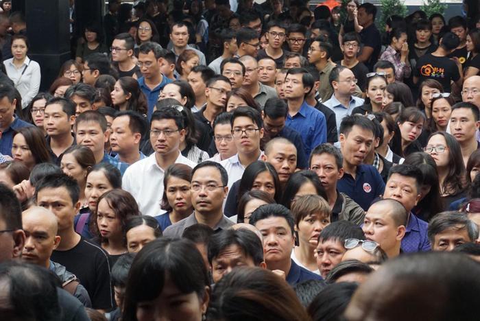Hàng nghìn người đến chờ viếng chị Quỳnh.