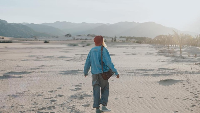 Nhưng điều đó cũng không thể ngăn Sơn Đoàn và nhiều bạn trẻ khác ghé thăm đồi cát Nam Cương - một tuyệt tác dưới ánh mặt trời.