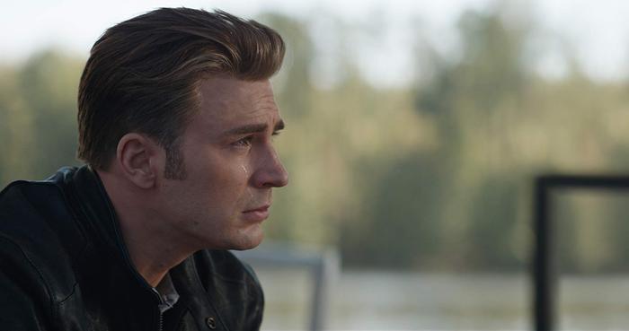 """Captain America chết lặng trước cái chết của Natasha,người chỉ có một gia đình duy nhất là """"Us"""" (Chúng ta)."""