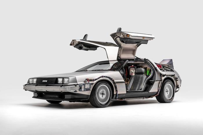 DMC DeLorean từng xuất hiện trong siêu phẩm 'Back to the Future'.