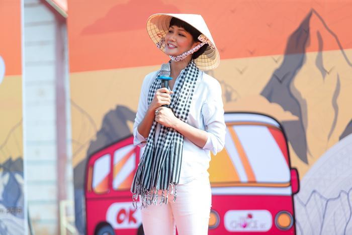 Hoa hậu HHen Niê đội nắng khám bệnh, phát thuốc miễn phí cho người dân Đắk Lắk ảnh 0
