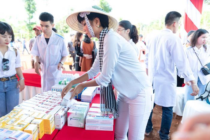 Hoa hậu HHen Niê đội nắng khám bệnh, phát thuốc miễn phí cho người dân Đắk Lắk ảnh 3