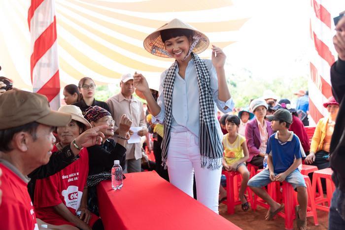 Hoa hậu HHen Niê đội nắng khám bệnh, phát thuốc miễn phí cho người dân Đắk Lắk ảnh 2