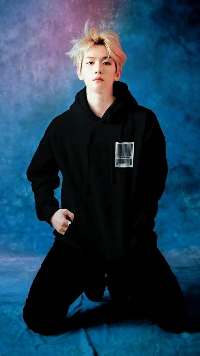 Baekhyun trong trang phục của nhãn hàng anh chàng đồng sáng tạo.