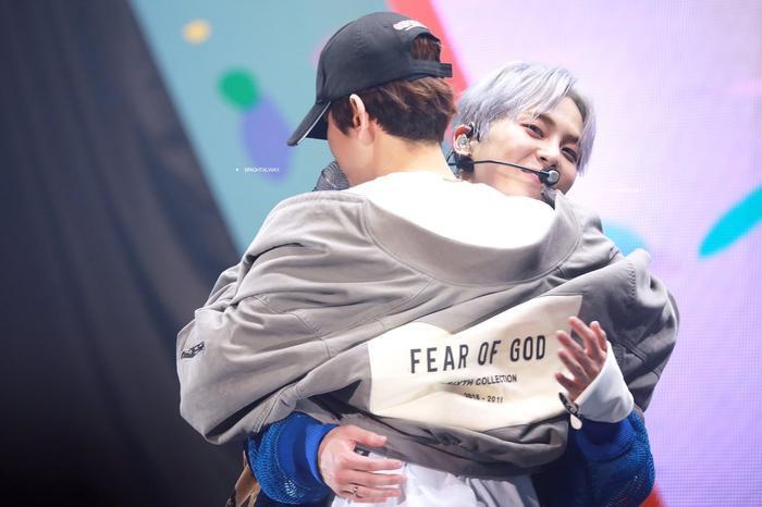 Baekhyun ôm anh cả Xiumin.