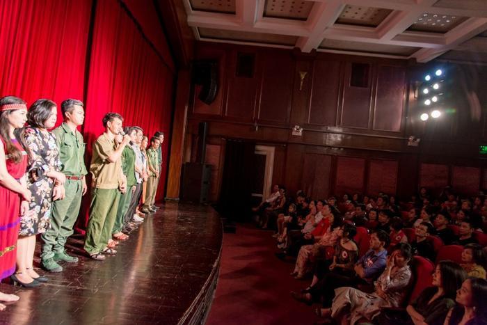 Nghệ sĩ Xuân Bắc cùng các diễn viên tham gia đêm diễn đã vô cùng xúc động gửi lời cám ơn tới khán giả, những tấm lòng hảo tâm giúp đỡ gia đình chị Yến vượt qua khó khăn.