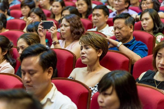 Khi những hình ảnh chị Yến vô tư, hồn nhiên được chiếu lên nhiều khán giả, bạn bè đặc biệt trong niên khoá PTTH 91-94 Hà Nội đã không kìm nén được cảm xúc.