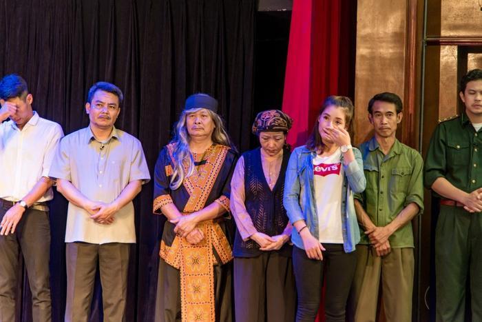 Những nhân viên Nhà hát Kịch Việt Nam cũng vô cùng xúc động tưởng nhớ về người chị, người bạn, người mà luôn gắn bó với họ trong từng bộ trang phục mỗi khi lên sân khấu.