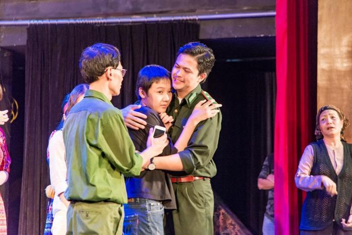 Hình ảnh những diễn viên Nhà hát Kịch ôm con trai tự kỷ của chị Yến.