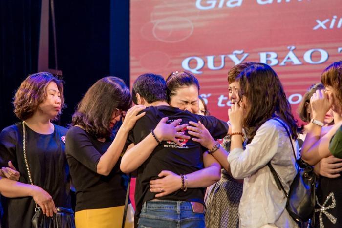Nhiều bạn bè chị Yến đã nán lại sau khi đêm diễn kết thúc ôm con trai chị Yến bật khóc khiến ai ai cũng xúc động. Họ mong muốn bé Quân sẽ sớm khỏi bệnh có cuộc sống tốt đẹp hơn.