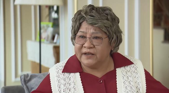 Bà nội tức giận vì hàng xóm buôn chuyện.