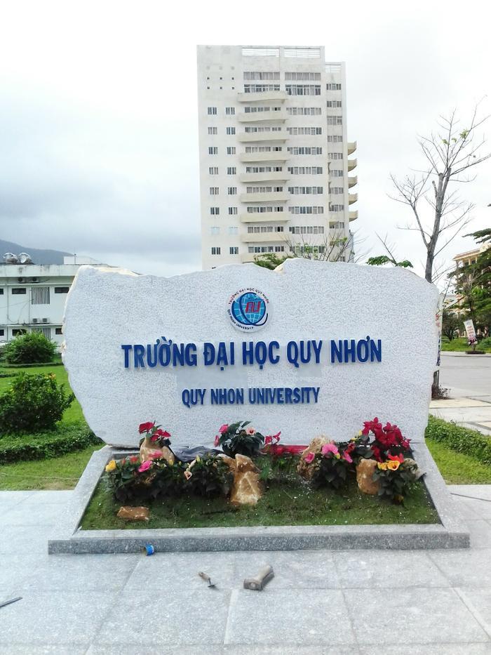 Nếu có cơ hội ghé thăm Đại học Quy Nhơn, bạn sẽ phải ấn tượng ngay với những tòa nhà cao tầng hiện đại luôn hướng mặt về phía biển.