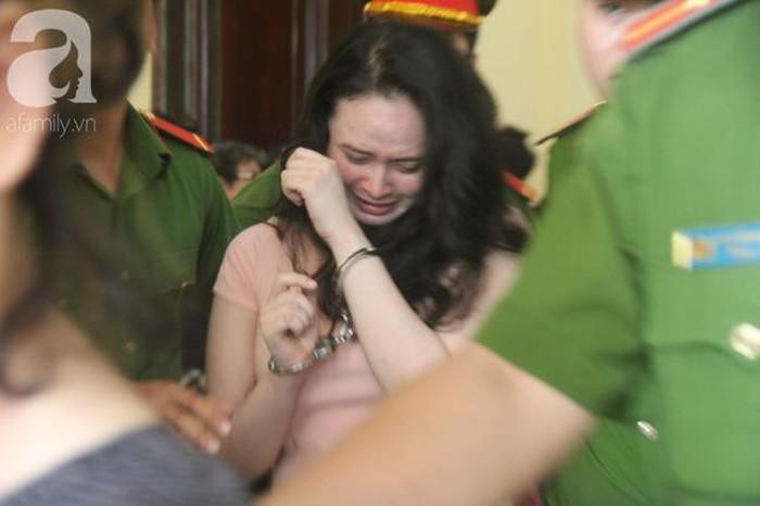 Ngọc Miu bật khóc nức nở sau phiên tòa sáng nay. Ảnh: Tổ Quốc.