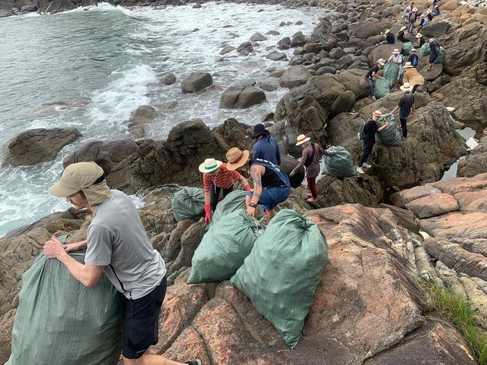 Cận cảnh quá trình chuyển rác lên bờ