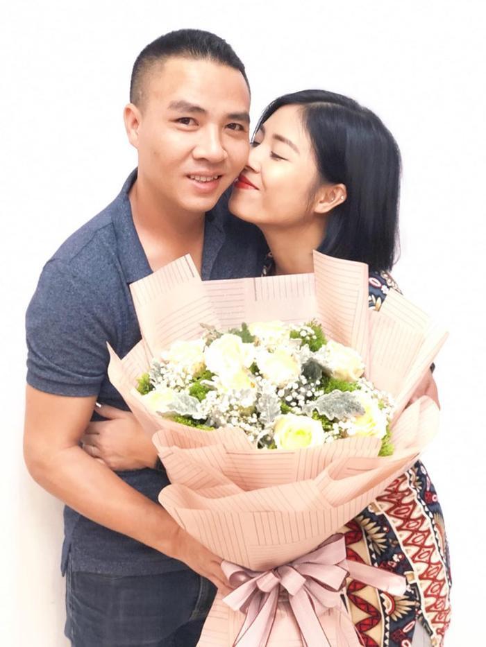 MC Hoàng Linh khoe ảnh được chồng tặng hoa