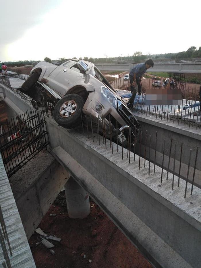 Chiếc xe bị mắc kẹt ở cây cầu đang xây.