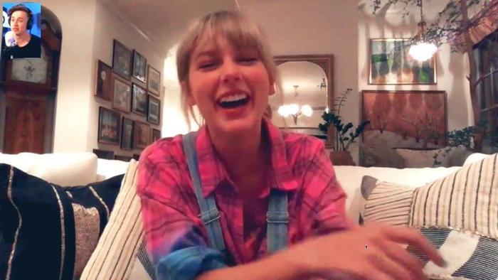 Taylor rất hào hứng chia sẻ với mọi người.