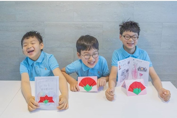 Daehan Minguk Manse tỏ lòng biến ơn, tự làm thiệp tặng Song Il Gook trong Ngày cha mẹ ảnh 0