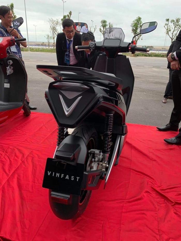 Phần đuôi xe góc cạnh, logo VinFast kích thước lớn nằm ngay dưới cụm đèn hậu.